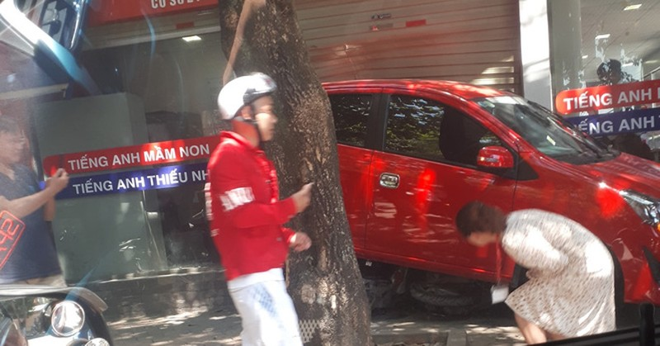 Nu tai xe lui xe de 3 xe may, dam vo kinh cua trung tam Anh ngu-Hinh-2