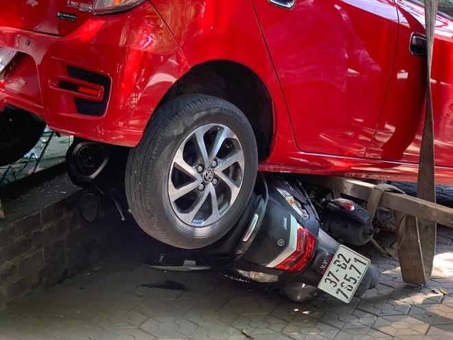 Nu tai xe lui xe de 3 xe may, dam vo kinh cua trung tam Anh ngu-Hinh-3