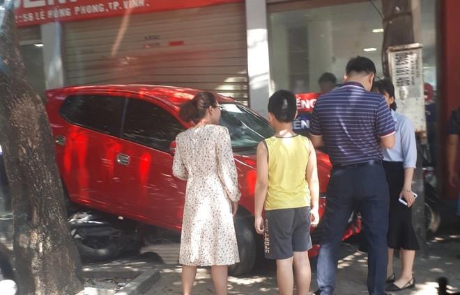 Nu tai xe lui xe de 3 xe may, dam vo kinh cua trung tam Anh ngu-Hinh-4