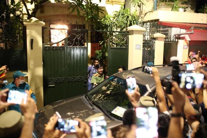 Video: Cong an roi di cung nhieu thung tai lieu sau kham nha ong Nguyen Duc Chung-Hinh-2