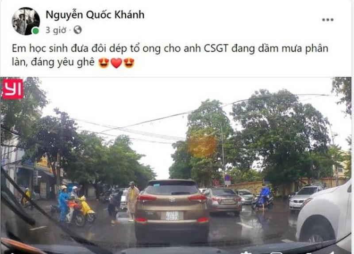 Video: Am long hoc sinh tang doi dep cho CSGT giua troi mua gio-Hinh-3
