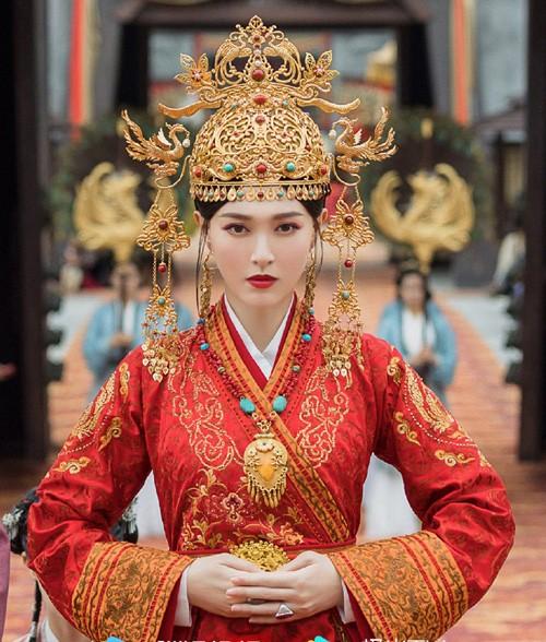 My nhan phim co trang Trung Quoc mac vay ngan bi chup len doi chan gay go-Hinh-4