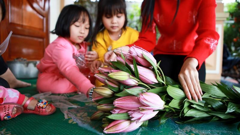 Hoa hau Do Thi Ha di cho que sam Tet ngay mua gio-Hinh-11