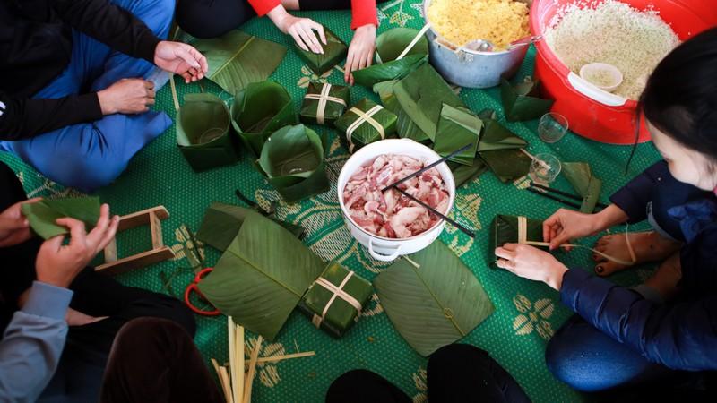 Hoa hau Do Thi Ha di cho que sam Tet ngay mua gio-Hinh-15