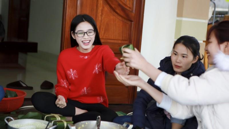 Hoa hau Do Thi Ha di cho que sam Tet ngay mua gio-Hinh-16