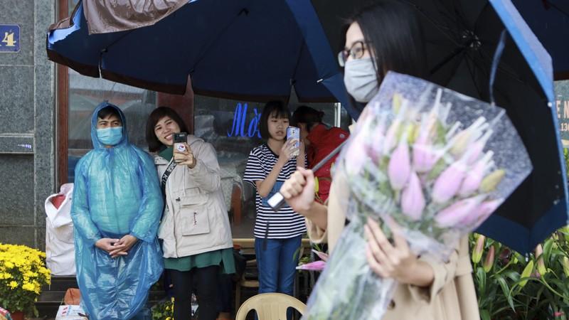 Hoa hau Do Thi Ha di cho que sam Tet ngay mua gio-Hinh-2