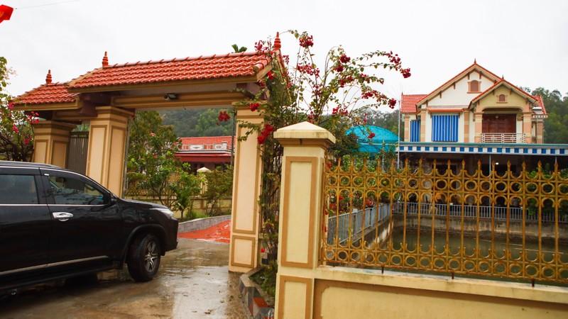 Hoa hau Do Thi Ha di cho que sam Tet ngay mua gio-Hinh-5