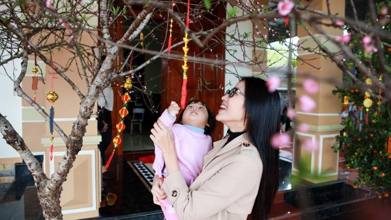 Hoa hau Do Thi Ha di cho que sam Tet ngay mua gio-Hinh-6