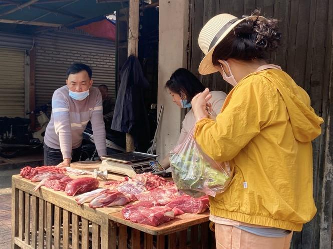 Di cho dau nam: Hai san tang gia vun vut, hoa tuoi re hon truoc Tet-Hinh-2