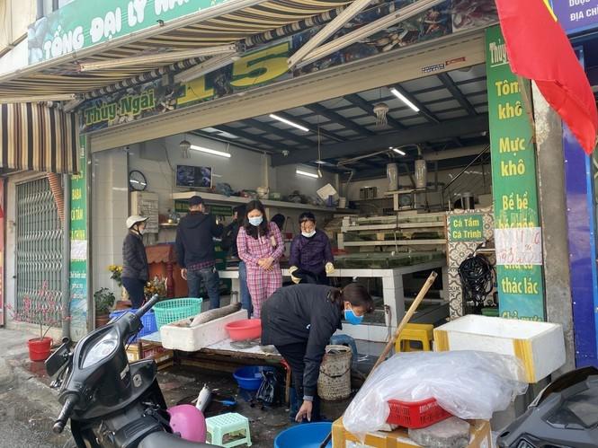 Di cho dau nam: Hai san tang gia vun vut, hoa tuoi re hon truoc Tet-Hinh-4