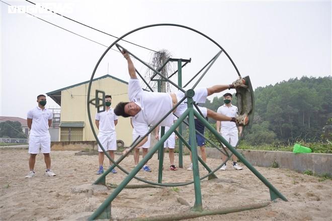 Don Tet tren bau troi cua chang phi cong tre Trung doan khong quan 921-Hinh-3