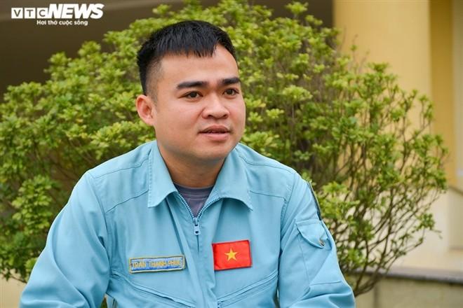 Don Tet tren bau troi cua chang phi cong tre Trung doan khong quan 921