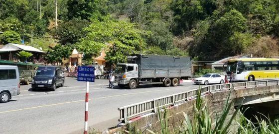 """Video: Container lai roi xuong vuc tai khuc cua """"tu than"""" tren deo Bao Loc"""