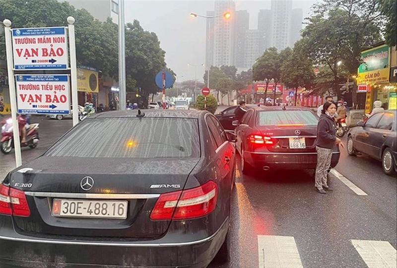Vu 2 xe Mercedes trung bien so tai Ha Noi: Ai la chu xe that?