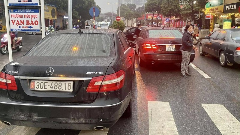 Tu vu 2 xe Mercedes cung bien so: Pha duong day lam gia giay to
