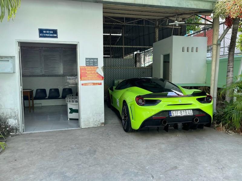 Xon xao clip CSGT cong tay tai xe lai sieu xe Ferrari-Hinh-2