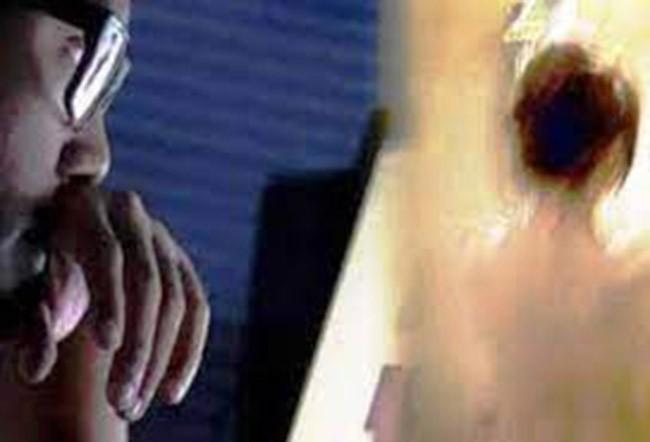 Nam sinh lop 12 quay len giao vien trong nha ve sinh de tong tien