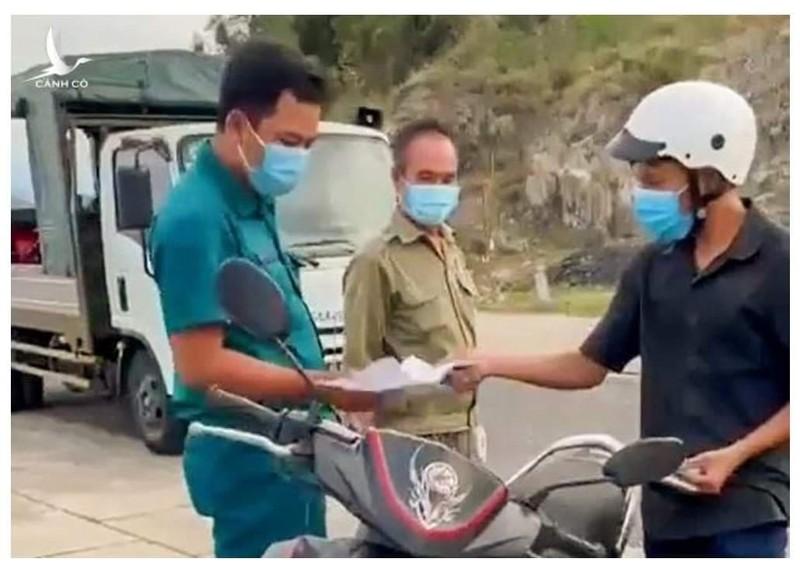 "Chu tich TP Nha Trang xin loi vu ""banh mi khong phai la luong thuc thiet yeu"""