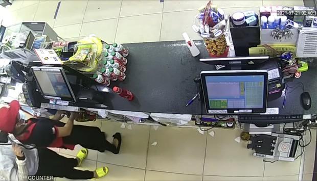 Video: Nu nhan vien cua hang bi thanh nien ke dao cuop tao ton