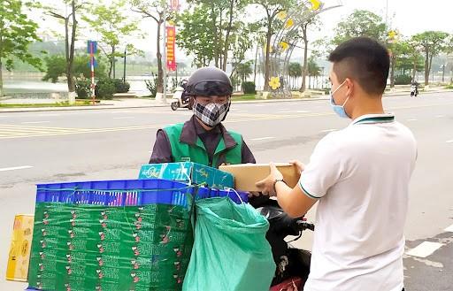 """Ba Ria - Vung Tau: Shipper hoat dong voi """"nhan dien"""" phong chong COVID-19 dac biet"""