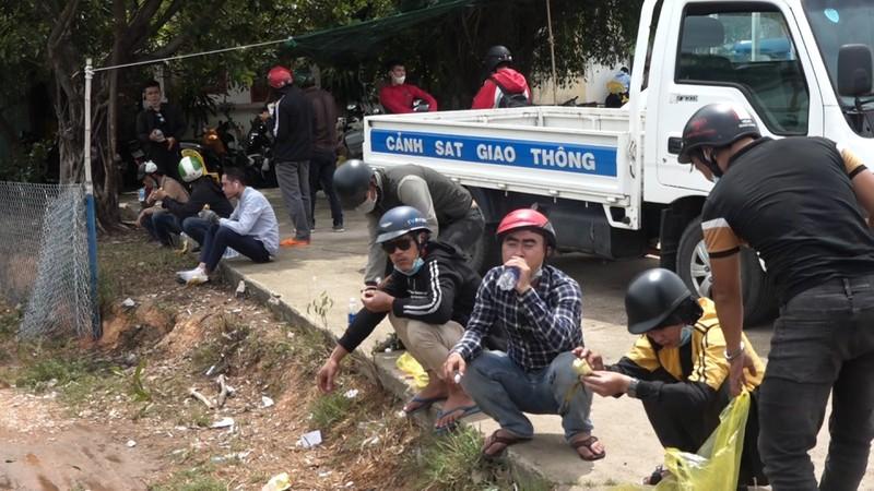 GD Cong an ke chuyen tiep suc tram nguoi di xe may tu TP.HCM ve que tranh dich-Hinh-3