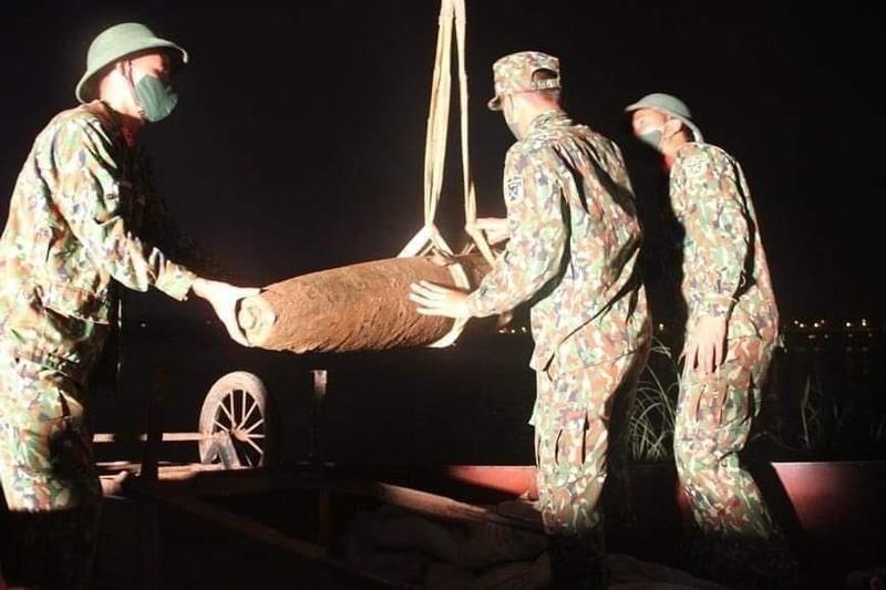 Phat hien qua bom nang 230kg duoi chan cau Chuong Duong