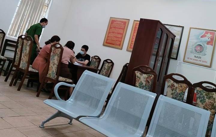 Xu phat nguoi dan ong khac nho trong thang may chung cu