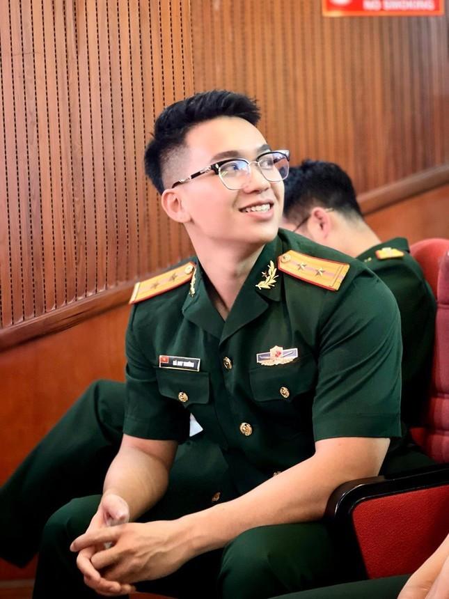 Trung uy dien trai tung la thu khoa: Dam me ca hat