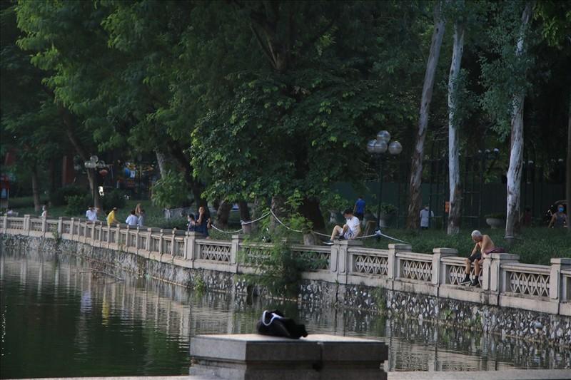 Nguoi dan Ha Noi do xo di tap the duc du chua duoc phep-Hinh-3