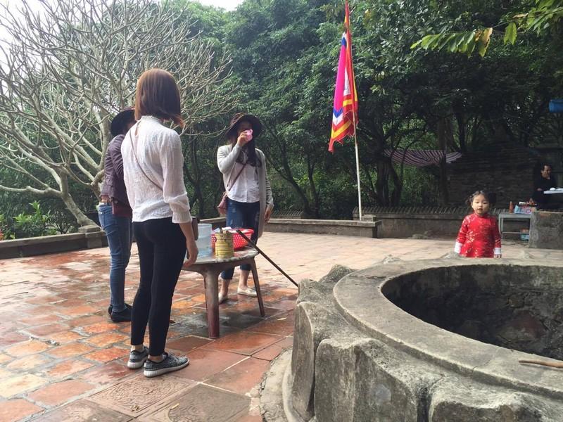 Dan dua nhau ve uong nuoc gieng Ngoc 700 nam o Hai Duong-Hinh-6
