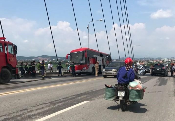 Hai Phong: Xe khach boc chay du doi khi dang luu thong, tai xe thoat chet-Hinh-2