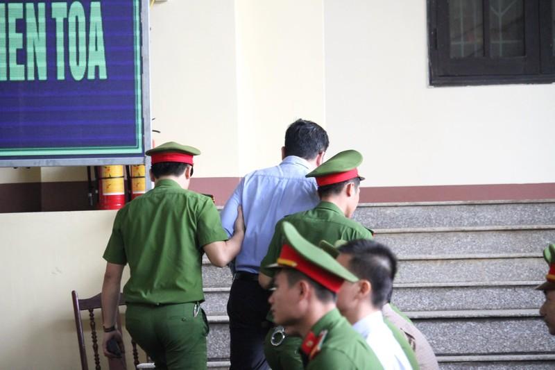 """Xet xu vu danh bac nghin ty: Toa cach ly """"ong trum"""" Nguyen Van Duong"""