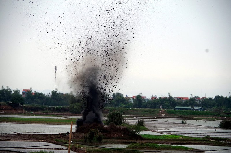 Hai Duong: Phat hien hang tram qua bom bi tai dat nha mot ho dan-Hinh-3