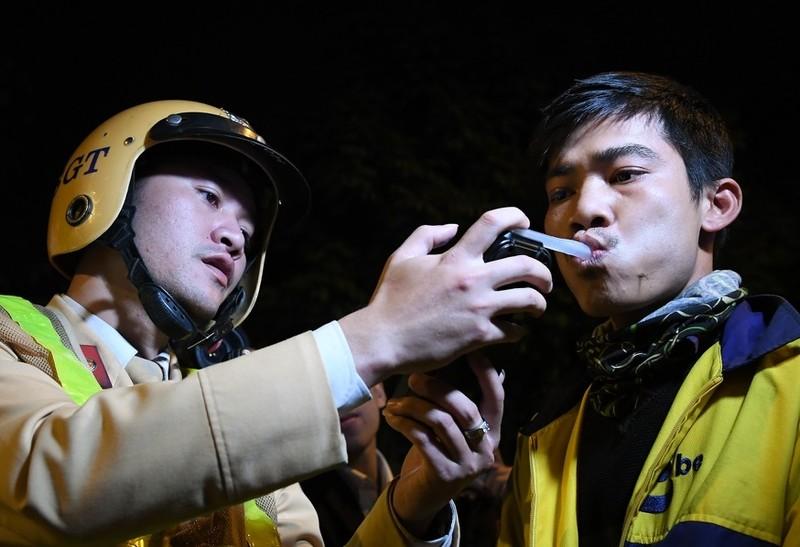 """Hoa qua len men, ruou nep, thuoc... do duoc nong do con: Cach nao """"phan phao"""" CSGT?"""