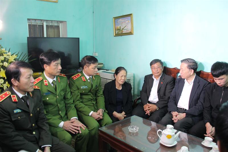 Vu Dong Tam: Thang cap bac ham, mai mai ghi nhan guong hy sinh anh dung-Hinh-2