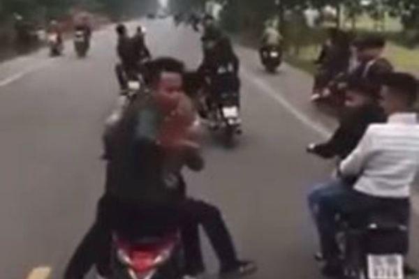 Dau tran di xe may chan oto cho tan binh: Cong an Hai Duong vao cuoc