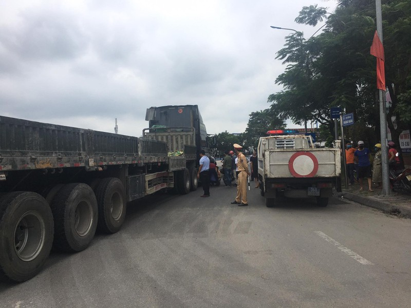Hai Duong: Container va cham voi xe may, 2 nguoi tu vong