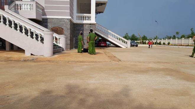 Nguoi dan ong chet trong san toa an Binh Phuoc do nhay lau tu tu?