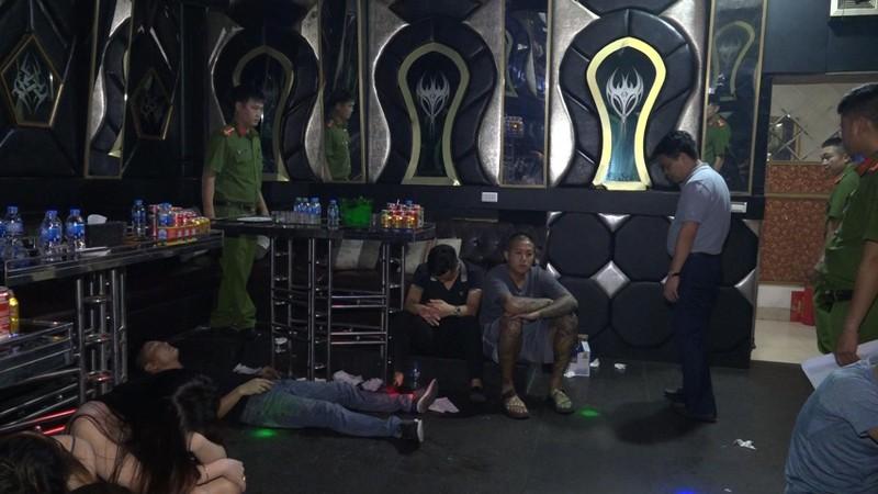 "Dot kich Bar Ruby one va Karaoke Ruby KTV, phat hien 99 ""dan choi"" bay lac"