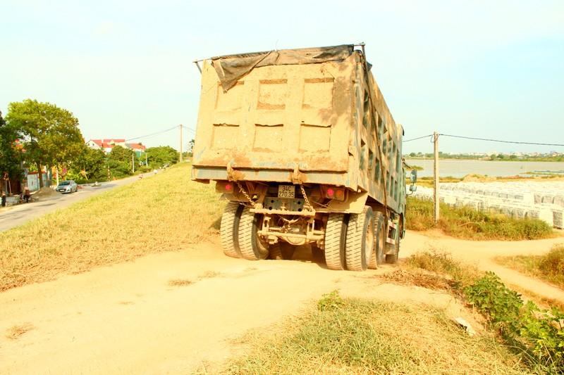 Hai Duong: Ben bai khong phep ngang nhien hoat dong, xe tai vo tu bang qua de-Hinh-2