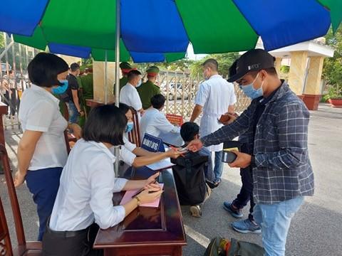 """Xet xu vo chong Duong """"Nhue"""" danh phu xe: Hang tram canh sat bao ve phien toa-Hinh-2"""