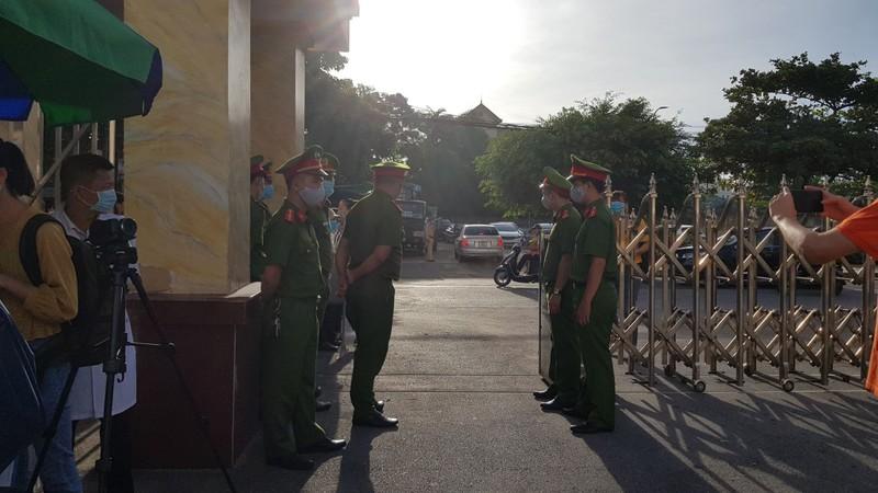 """Xet xu vo chong Duong """"Nhue"""" danh phu xe: Hang tram canh sat bao ve phien toa-Hinh-3"""