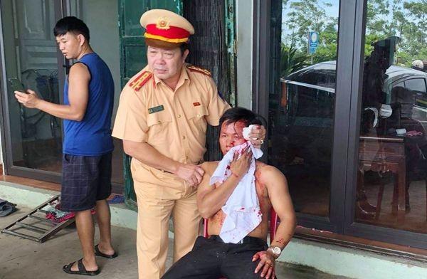 Truong phong CSGT Thanh Hoa dap vo kinh o to cuu nan nhan TNGT