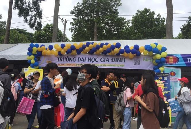 "DH Gia Dinh nhan tin che thi sinh diem thap: PR ""kem sang""?"