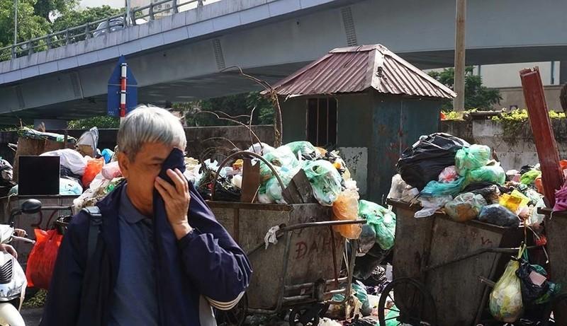 "Rac thai ngap pho Yen Phu: Cty Minh Quan dang ""ve sinh"" tuyen pho nao Ha Noi?-Hinh-2"