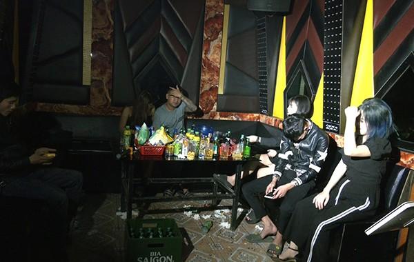 Quan karaoke bat chap hoat dong, 359 truong hop vi pham chong dich