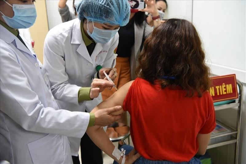 Ngay 8/3, tiem vaccine COVID-19 tai co so dieu tri benh nhan, vung co dich-Hinh-2