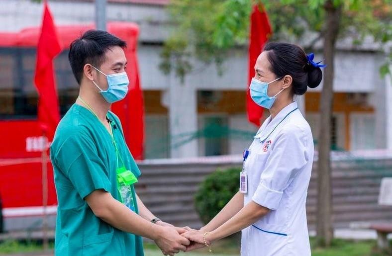 CSGT chao doan bac si chi vien chong dich: Hieu sau hon ve nghia dong bao-Hinh-2