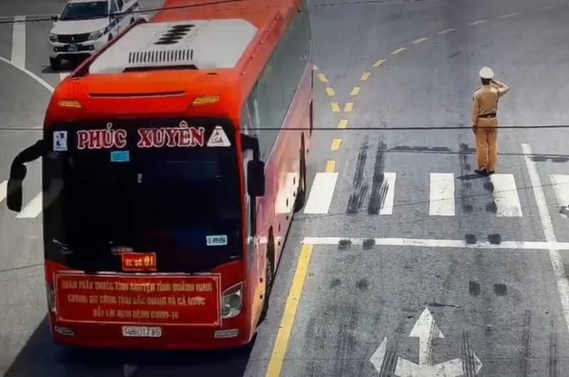 CSGT chao doan bac si chi vien chong dich: Hieu sau hon ve nghia dong bao