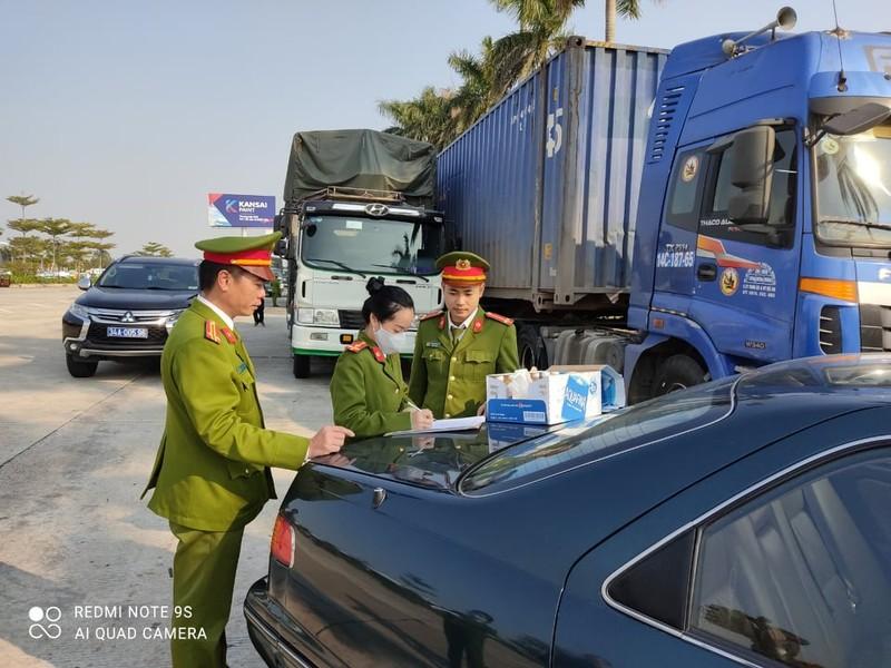 14 xe cho 300 tan hang lau bi bat o Hai Duong: Phat hai chu hang 316 trieu dong